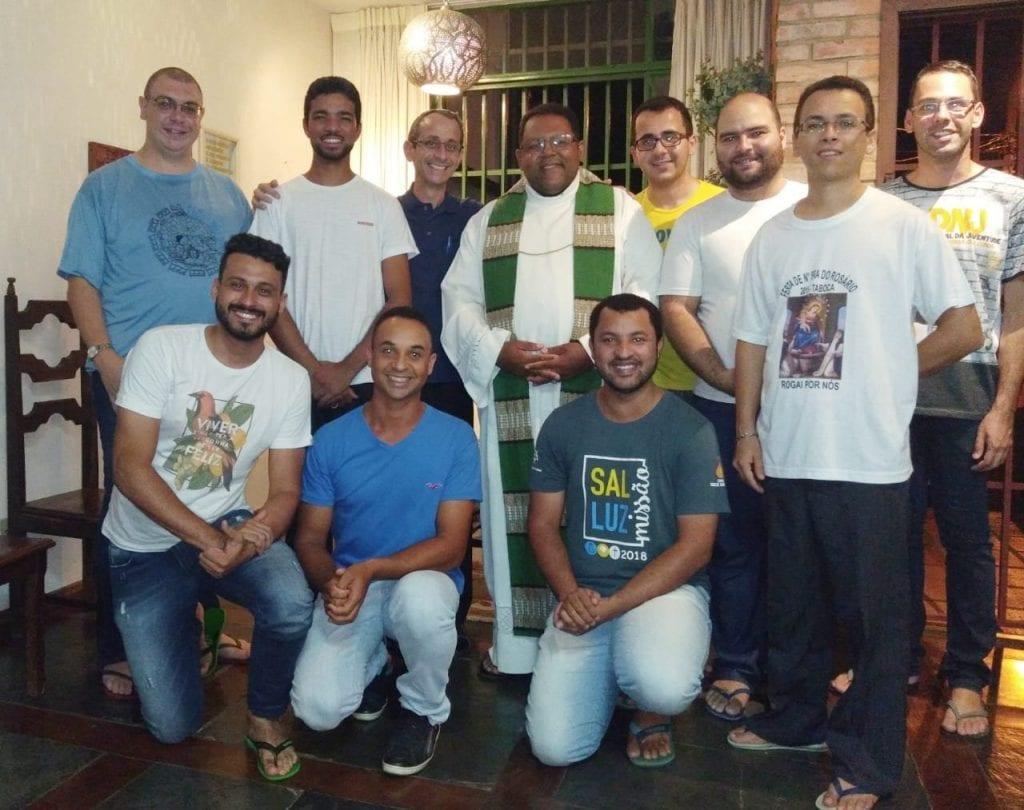 Seminaristas da Teologia e seu reitor Pe.Hélio Oliveira.